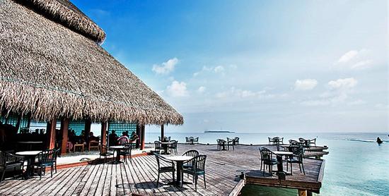 Terraza exterior del Nika's Lounge Bar del Adaaran Club Rannalhi