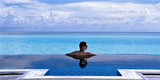 Piscina infinity de la Over Water Pool Villa