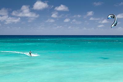 Mar de color azul turquesa